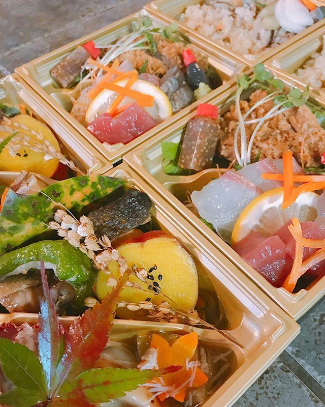 おはようございます️今日はあいにくのお天気ですね最近はこんなお天気が多いので日差しが恋しいものです写真は仕出しのお弁当です随分秋らしくなりました!日本食は特に、春秋とが季節感があり美しいので、おススメですよ。紅葉弁当にいかがでしょう
