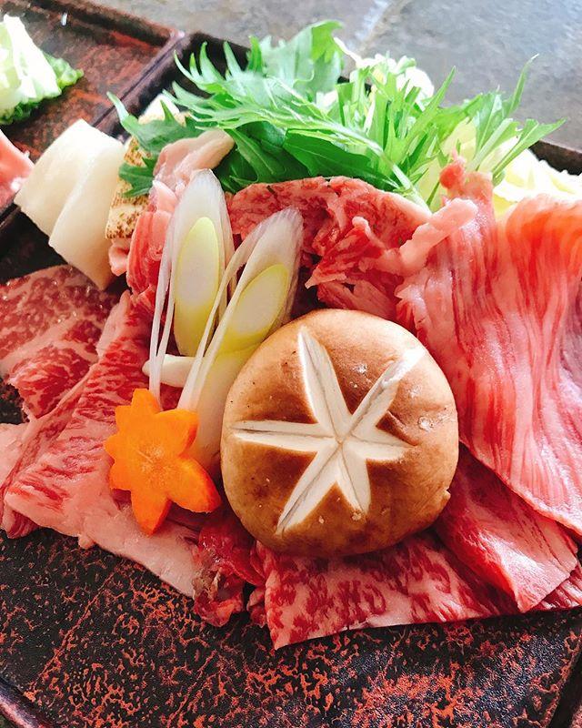 おはようございます良い天気ですね今月のお肉料理は牛すき焼きです。おひとり様ずつ 小鍋をご用意しています