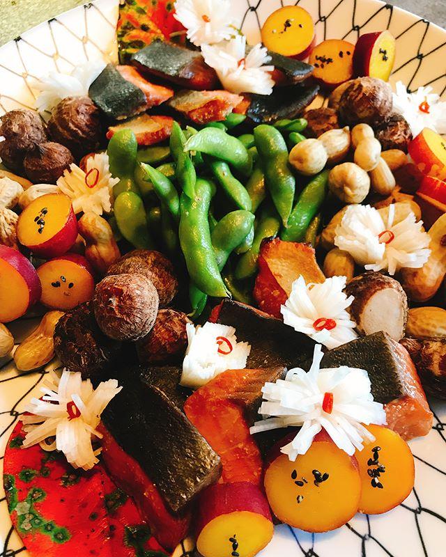 こんにちは昨日今日と地元のお祭りがありオードブル、お弁当の注文を頂いていたものを紹介したいと思いますこちらはお皿持ち込みで1枚目、前菜盛り合わせです。秋鮭の柚庵焼き、丸十のレモン煮きぬかつぎ、菊花かぶら、枝豆生落花生 等。秋の味覚をたくさん使用しました♩2枚目、豚の角煮あんかけ3枚目 オムレツきのこあんかけ4枚目、揚げ物盛り合わせエビ、キス、野菜の天ぷら牡蠣のミノ揚げ他にもシメサバ、南蛮漬け、唐揚げなどもしましたが写真を撮り忘れました笑オードブルはなかなか手間がかかるものでしてギリギリのオーダーは難しい時もあるのですが、人数ご予算等 相談していただければと思います