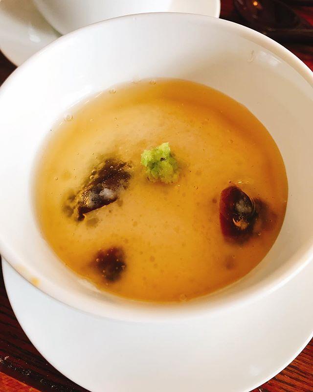 おはようございます今月の蒸し物牡蠣ときの子の薯預蒸し 銀餡かけ薯預蒸しとは簡単に言えば山芋をすりおろしたものを蒸したお料理です卵白で柔らかさを調節し塩のみで味付けしているので生地自体は薄味ですが、そこに牡蠣ときの子の出汁がほんのり効いていて口の中に広がります♩是非、食べにいらしてください。